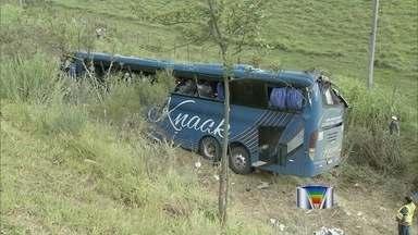 Acidente com ônibus na Dutra mata três passageiros e deixa mais de 20 feridos - Um acidente com um ônibus de turismo que fazia o trajeto entre São Paulo (SP) e Itaguaçu (ES) deixou três pessoas mortas e 23 feridos na tarde desta segunda-feira (20) na Via Dutra, no trecho de Pindamonhangaba (SP).