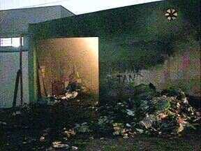 Polícia investiga incêndio que destruiu o barracão de cooperativa de recicláveis - O fogo começou por volta da 1h e só foi controlado pela manhã. Há denúncias de que o incêndio foi criminoso.