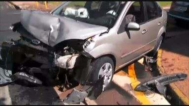 Batida destroi veículos em Jaboticabal, SP - Apesar do acidente, motoristas tiveram apenas ferimentos leves.