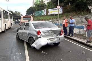 Carro bate em mureta de proteção do viaduto de Nazaré na manhã desta terça - Por causa da batida, um bloco de cimento caiu do viaduto mas, por sorte, Não atingiu ninguém.