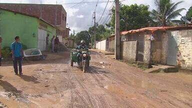 No bairro do Passarinho, rua tem água acumulada mesmo quando não chove - Micro-ônibus deixaram de passar por lá e moradores têm que andar muito até o terminal.