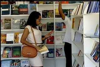 Projeto de incentivo a leitura estaciona em praça de Macaé, RJ - Preços dos livros são populares.Cada pessoa pode comprar até 10 livros.
