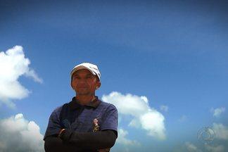 Trabalhadores informais aproveitam o verão em João Pessoa - Seu Reinaldo é agricultor em Itapororoca, mas no verão vem para o litoral fazer uma renda extra.
