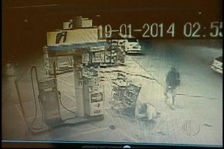 Vídeo mostra vítima de sequestro relâmpago sendo assassinada em Itaquaquecetuba - Um assalto que começou em Itaquera terminou em morte na cidade de Itaquaquecetuba. Vítima tentou fugir em posto de gasolina, mas acabou morta.