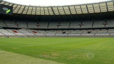 Mineirão recebe visita da Fifa e passará por ajustes antes da Copa - Representantes da entidade visitaram o estádio para estudar mudanças que devem ser feitas. Local será fechado três semanas antes do início dos jogos.