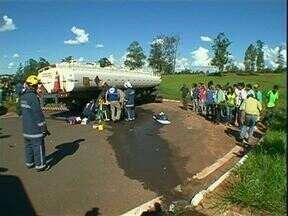 Motociclista é atropelado por um caminhão na PR-323 - Um homem ficou ferido depois de um caminhão bater na moto que ele pilotava na PR-323 em Umuarama.
