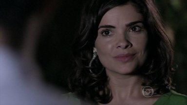 Aline revela para Félix o desprezo que sente por César - O médico discute com o filho e o expulsa de casa. Félix fica perplexo com o comportamento de Aline