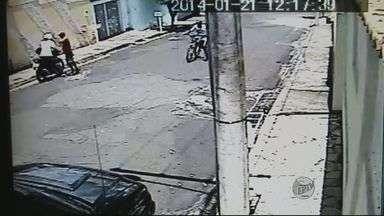 Câmeras flagram assalto a motociclista em Passos (MG) - Câmeras flagram assalto a motociclista em Passos (MG)