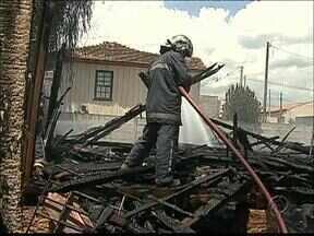 Casa pega fogo em Ponta Grossa - A residência, segundo os vizinhos, estava abandonada.