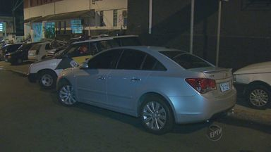 Cinco pessoas são detidas em rodovia de Campinas por porte de armas de pressão - A Polícia deteve na noite de terça-feira (21) cinco pessoas que estavam na Rodovia Anhanguera. Segundo a polícia, houve desconfiança de tentativa de assalto a um caminhão. Dentro do carro foram encontrados duas armas de pressão.