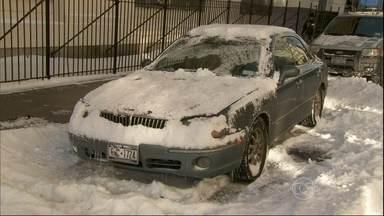 Nevasca atinge novamente os Estados Unidos - Em Nova York, parou de nevar, mas o frio vai piorar. Nos aeroportos, cerca de 1.400 voo foram cancelados. Perto de Washington, um carro deslizou na pista.