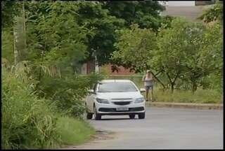Moradores denunciam sujeira e mato na Av Sideney Chaves em Montes Claros - Prefeitura promete que o mato será cortado.
