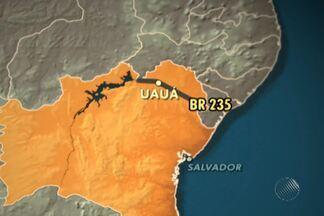 Populares protestam em Uauá, na Bahia - População fechou trecho da BR-235 por conta de insatisfação com obras de recuperação da rodovia.