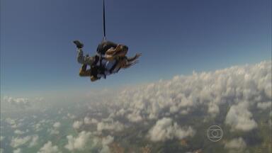 Após cinco anos, paraquedistas voltam a saltar no Recife - Voos saem agora do aeródromo de Igarassu