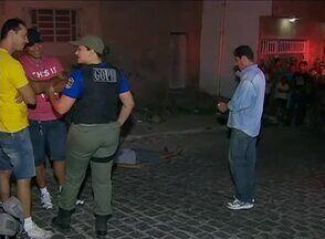 Homem é morto a tiros no Bairro do Salgado, em Caruaru, no Agreste - Segundo PM, dois criminosos surpreenderam o homem e fizeram disparos.Vítima era ex-presidiária e morte pode estar ligada a dívidas de drogas.
