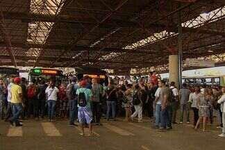 Usuários do transporte coletivo fazem protesto no Terminal Praça da Bíblia, em Goiânia - Os passageiros reclamavam de superlotação, demora e falta de ônibus. Por causa da manifestação, o trânsito na região ficou tumultuado.