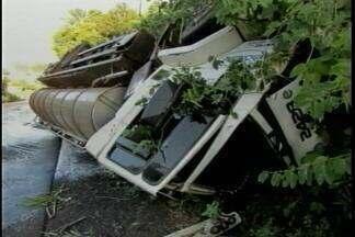 Caminhão de leite tomba na ERS-472 entre Palmitinho, RS, e Vista Alegre, RS - O acidente interrompeu a rodovia durante a manhã.