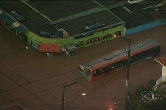 Chuva forte causa alagamento em Osasco - Toda a cidade de São Paulo ficou em estado de atenção para alagamentos. Motoristas foram surpreendidos pelo granizo na Rodovia dos Imigrantes, na chegada a SP.