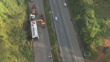 Tombamento de carreta prova congestionamento na BR-040 - Acidente aconteceu perto da Ceasa Minas, em Contagem, na Região Metropolitana de Belo Horizonte.