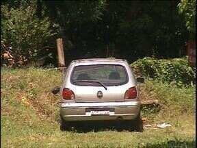 Carro desgovernado foi parar em um terreno baldio em Foz do Iguaçu - Mesmo com o freio de mão puxado, o carro desceu e bateu numa carretinha e só parou no terreno baldio.