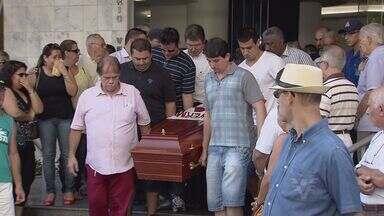 Corpo do relojoeiro morto em tentativa de assassinato é enterrado em São Vicente (SP) - Comerciante foi assassinado na última terça-feira (21), na porta do estabelecimento comercial.