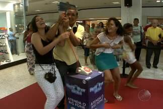 Ação leva 'Big Fone' a shopping de Salvador - Quem atende ao 'big fone' pode ganhar prêmios. Ação é feita no Shopping Piedade.