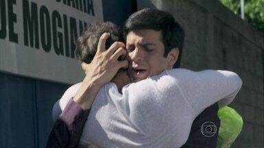 Félix tira Anjinho da cadeia e o leva para o flat - Eron chama Niko para ver o encontro dos dois e envenena o ex contra o rival. Sensível, ele chora ao chegar em casa, mas não permite que Jayminho perceba sua tristeza. Félix o procura no restaurante
