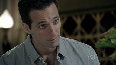 Pérsio descobre que Priscila não emprestou joia para Rebeca - Jacques faz chantagem emocional com a irmã de César para conseguir uma promoção no hospital. Pérsio fica incomodado com a presença do médico em sua casa