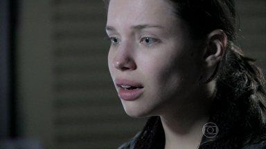 Linda se emociona ao reencontrar Rafael - A família da garota reconhece que ela precisa da presença do advogado