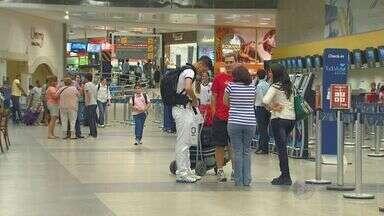 Passageiros passam até 4h dentro avião no pátio e reclamam de descaso em Viracopos - Passageiros, que estavam em sete voos que foram desviados para o Aeroporto Internacional de Viracopos em Campinas (SP), reclamaram do descaso das companhias aéreas e também da administração do terminal por conta da falta de informações.