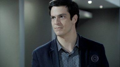 Félix revela plano para surpreender Aline - Ele pensa em ir à casa de César para vasculhar o local atrás de pistas de Rebeca sem avisar à vilã