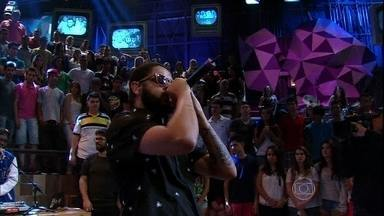 Emicida se apresenta no programa Altas Horas - Rapper canta a música 'Levanta e anda'