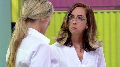 Que medo! Médica surtada e estressada arrasta paciente para dentro do consultório - Roberta Rodrigues, na pele de Laura, até tenta fugir da maluca, mas...