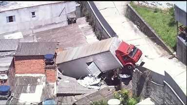 Caminhão cai em cima de quatro casas em Guarulhos (SP) - O caminhão transportava papel higiênico. A carga ficou espalhada no telhado. Segundo o Corpo de Bombeiros, uma pessoa ficou ferida e foi socorrida pelos moradores.