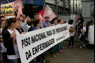 Técnicos em enfermagem protestam em Passo Fundo, RS - Os profissionais reivindicam aumento salarial de 25%