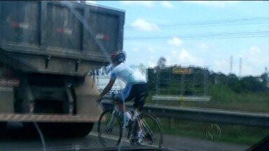 Ciclista se arrisca e pedala perto de caminhão - Vídeo foi enviado por telespectador.