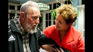 Dilma Rousseff se encontra com Fidel Castro, em Cuba - Uma das fotos mostra a presidente sorrindo e amparando Fidel. Um site do governo da ilha afirma que Dilma agradeceu pela participação dos médicos cubanos no programa Mais Médicos.