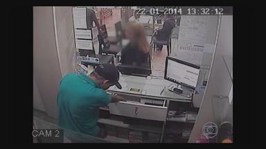 No Recife, circuito de vídeo de joalheria registra assalto à loja - Polícia está em busca dos três suspeitos; um deles estava armado. Eles levaram cordões de ouro, pulseiras e relógios./ e saem tranquilamente da joalheria.