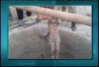 Três pessoas são resgatadas em cisterna na zona rural de Taiobeiras - Vítimas passavam pelo local quando a cobertura do poço desabou.
