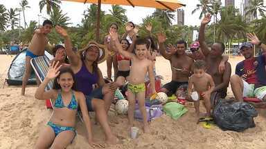 Aproveitando o dia na praia em João Pessoa - Veja como essa turma se diverte levando tudo de casa, sem comprometer o orçamento.