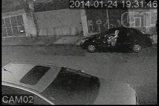 Mulher tem carro roubado por três jovens em Suzano - A mulher estacionou o carro e logo após três jovens a obrigam a entregar a chave da mulher e fogem com o carro. Imagens foram gravadas por câmera de segurança.