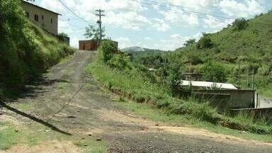 Deslizamento preocupa moradores em Três Rios, RJ - O problema é na rua Sebastião Tavares, no bairro Ponte das Garças. Segundo eles, a terra começou a ceder em 2011.