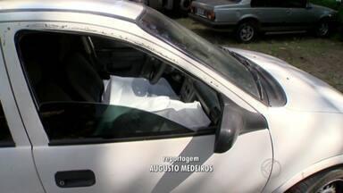 Jovem morre após ser baleado dentro de um carro em Juiz de Fora - Vítima estava acompanhada da namorada e morreu no local. Desavença pode ter sido a causa do homicídio. Suspeitos foram detidos.