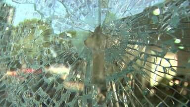 Vândalos quebram vidros de várias lojas em Londrina - Nada foi roubado das lojas. Presos tentam fugir da PEL II e instalação de condicionadores de ar é um problema nos colégios da rede estadual. Notícias desta terça-feira(28).