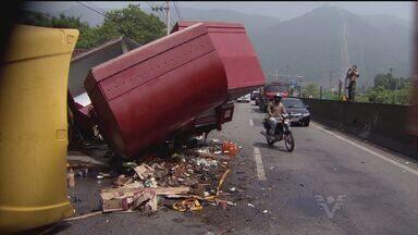 Carreta tomba na Rodovia Anchieta e colide contra outro veículo - Caminhão seguia em direção ao cais no momento do acidente.