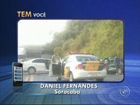 Dois carros batem de frente na rodovia SP-79 entre Votorantim e Piedade - Dois carros bateram na rodovia SP-79, entre Votorantim e Piedade (SP), na tarde desta terça-feira (28). Equipes de resgate foram até o local para socorrer as vítimas.