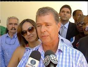 Justiça afasta prefeito de Araruama, no RJ, após interditar prefeitura - MP diz comprovar licitações secretas e criação de empresas fantasmas.''Agora eu vou almoçar. Quer ir comigo?'', diz prefeito ao ser questionado.