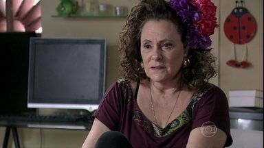 Márcia incentiva Valdirene a procurar Carlito - Ela avisa para a filha que não remarcou a sessão de fotos. Raquel fica incomodada quando Valdirene tenta falar com Carlito