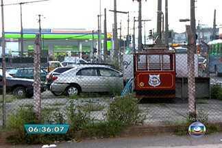 Terreno onde funcionava um parque de diversões está abandonado na Zona Leste da capital - O terreno fica ao lado do Terminal de Ônibus Carrão. Brinquedos quebrados e carros velhos estão espalhados perto de onde passam muitos passageiros dos ônibus.