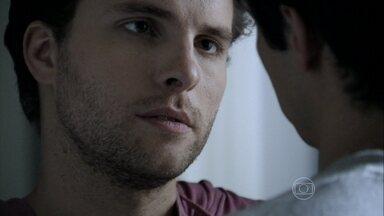 Niko pede para Félix ficar com ele - O empresário propõe formar uma família com o filho de Pilar
